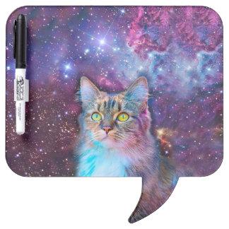 Gato orgulloso con el fondo del espacio tablero blanco