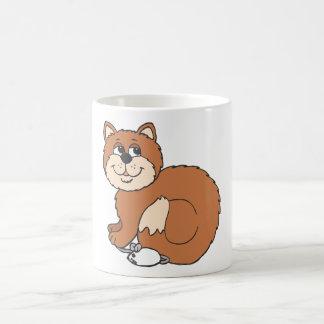 Gato orgulloso que se sienta en ratón tazas de café