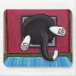 Gato pegado en una aleta del gato - arte divertido alfombrillas de raton