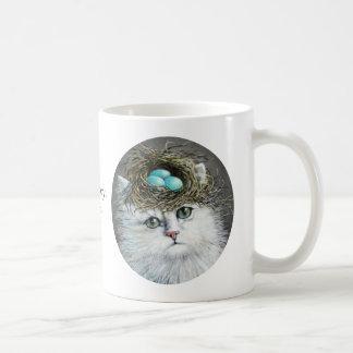 Gato persa blanco con la taza de la jerarquía del
