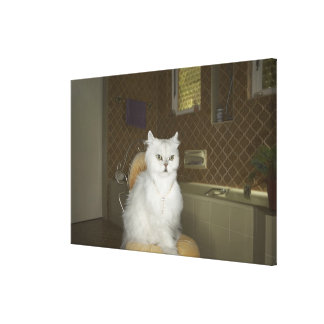 Gato persa blanco que se sienta en silla en cuarto impresión en lona