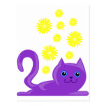 gato púrpura dulce con las flores postal