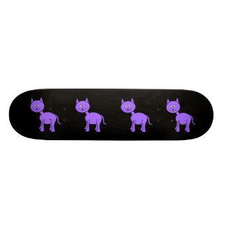 Gato púrpura lindo. Dibujo animado del gato en neg Patineta Personalizada