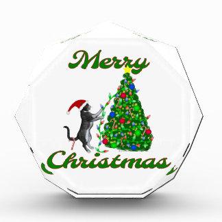 Gato que adorna el árbol de navidad