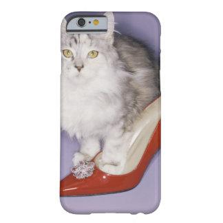 Gato que camina en el tacón alto funda de iPhone 6 barely there