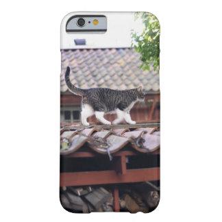 Gato que camina en el tejado de la vertiente funda para iPhone 6 barely there