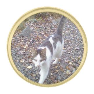 Gato que camina pins dorados