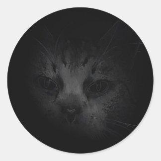 Gato que está al acecho en el pegatina oscuro