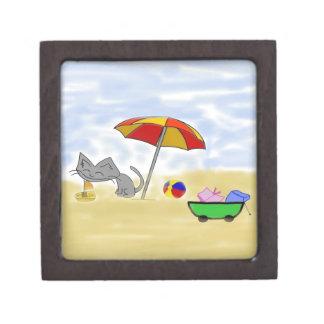 Gato que juega con los juguetes en la playa cajas de joyas de calidad