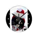 Gato que lleva el gorra de Santa que mira a la izq Relojes De Pared