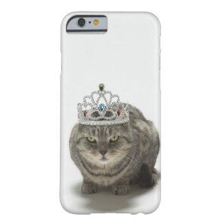 Gato que lleva una tiara funda de iPhone 6 barely there