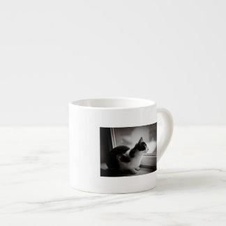 Gato que mira afuera taza espresso