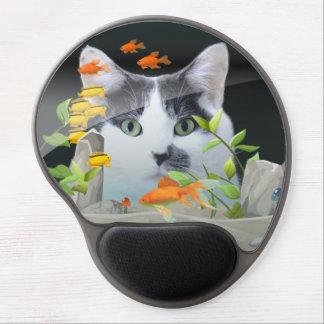 Gato que mira en acuario alfombrillas de ratón con gel