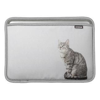 Gato que mira para arriba funda para macbook air