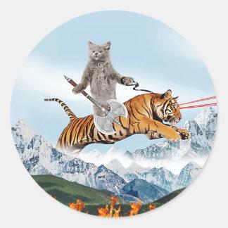 Gato que monta un tigre pegatina redonda