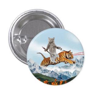 Gato que monta un tigre pin redondo de 1 pulgada