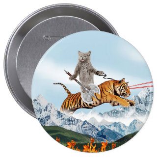 Gato que monta un tigre pin redondo de 4 pulgadas