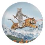 Gato que monta un tigre platos para fiestas