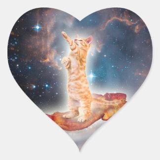 Gato que practica surf del tocino en el universo pegatina en forma de corazón