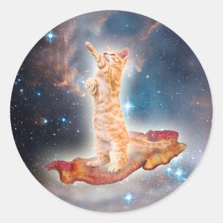 Gato que practica surf del tocino en el universo pegatina redonda