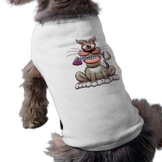 Gato que presenta con un pescado camisetas de perrito