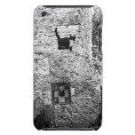 Gato que se coloca en la rueda de piedra vieja funda para iPod de barely there