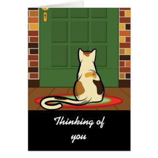 Gato que se sienta delante de una puerta verde tarjeta de felicitación
