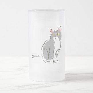 Gato que se sienta gris tazas de café