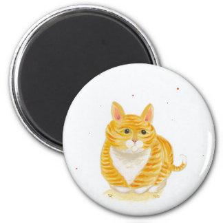 Gato rayado anaranjado que se sienta en su arte de imanes de nevera