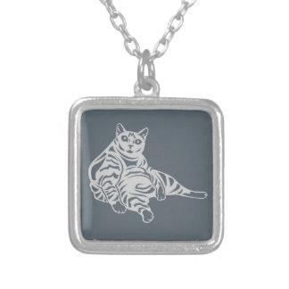 Gato rayado collar plateado