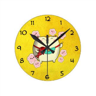 Gato redondo lindo de Maneki Neko Reloj Redondo Mediano