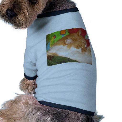 Gato rojo soñoliento camiseta con mangas para perro