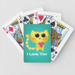 Gato romántico lindo con el corazón barajas de cartas