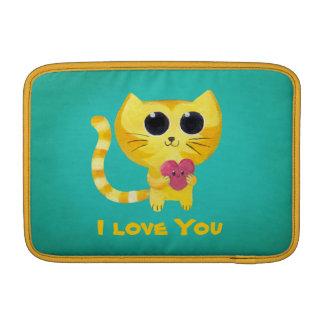 Gato romántico lindo con el corazón fundas MacBook