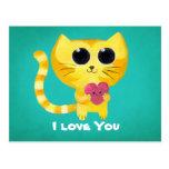 Gato romántico lindo con el corazón postal
