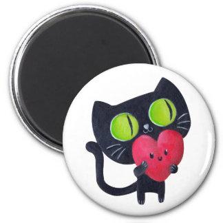 Gato romántico que abraza el corazón lindo rojo imán redondo 5 cm