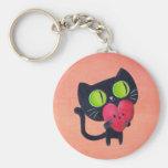 Gato romántico que abraza el corazón lindo rojo llavero redondo tipo chapa