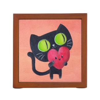 Gato romántico que abraza el corazón lindo rojo