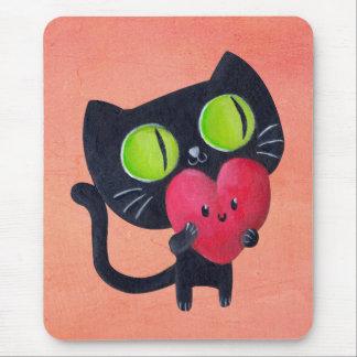 Gato romántico que abraza el corazón lindo rojo alfombrillas de ratones