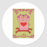 Gato rosado de Maneki Neko con los corazones Pegatinas Redondas