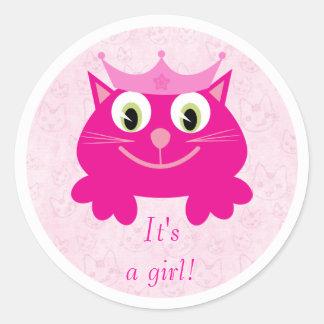 Gato rosado lindo con la corona su un nuevo bebé etiqueta redonda