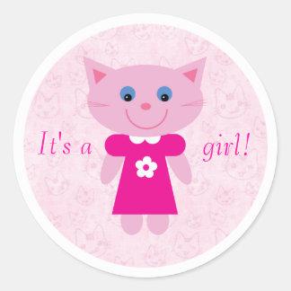 Gato rosado lindo del dibujo animado su un nuevo pegatina redonda