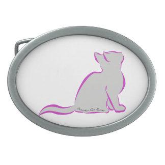 Gato rosado, terraplén gris, texto interior hebillas de cinturón ovales