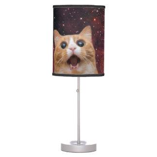 gato scaredy en espacio lámpara de mesilla de noche