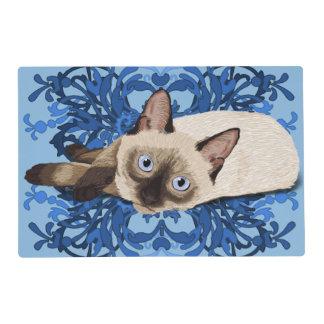 Gato siamés con diseño floral azul salvamanteles