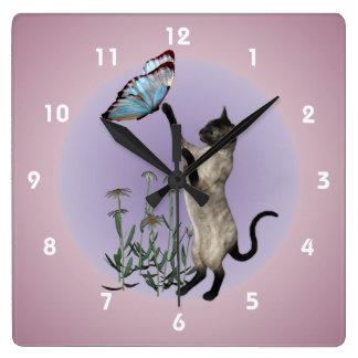 Gato siamés con el animal azul de la mariposa reloj cuadrado
