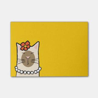 Gato siamés con las notas de la flor y del Poste-i Notas Post-it