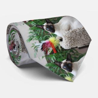 Gato siamés hermoso que juega con el juguete corbatas personalizadas