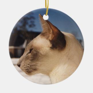 Gato siamés perfil del punto azul en nieve ornaments para arbol de navidad