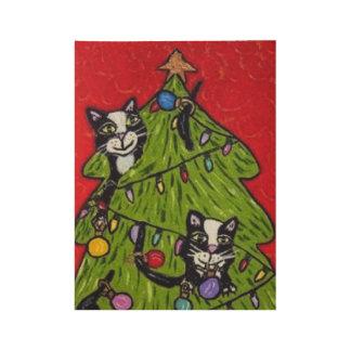 Gato travieso del arte popular que sube en árbol póster de madera